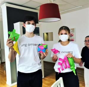 På Kvarnbacken i Linköping hjälpte ungdomarna från Ung Omsorg till med påskpysslet