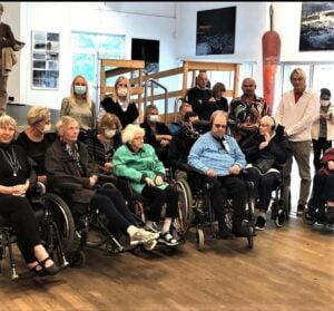 """""""Junior"""" och Lars Lerin tar emot boende från Gruvan och Sveagatan i Karlstad"""